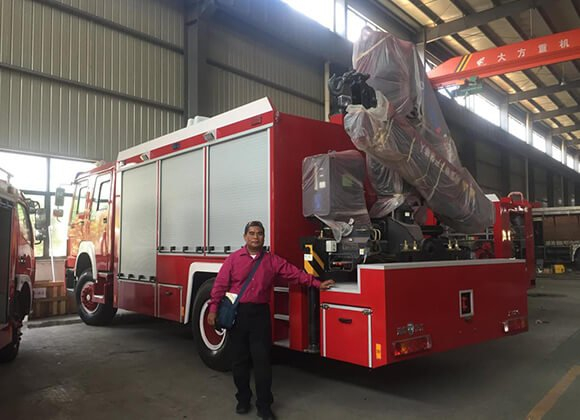Customers from Micronesia visited ChengLi to inspect fire truck