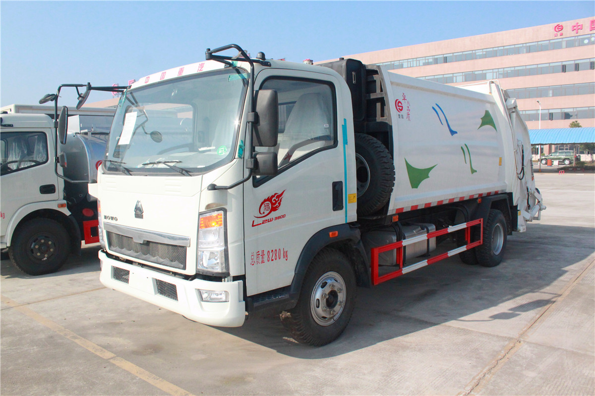 Garbage truck with remote control system, no need to endure bad smell
