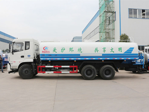 water sparying truck for road cleaning